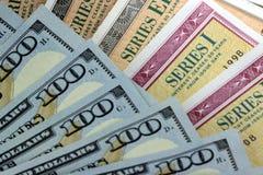 美国与美国货币的储蓄公债 免版税库存图片