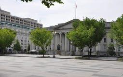 美国与艾伯特・加勒廷雕象的财政部大厦从华盛顿哥伦比亚特区美国 免版税图库摄影