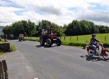 美国东南部山区的农民运行拖拉机 免版税库存图片