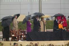 美国乔治・在阶段的W.布什、前美国第一夫人和当前美国参议员希拉里・克林顿, D- NY和其他在威廉J.克林顿总统中心的盛大开幕式仪式期间在小石城的, AK 2004年11月18总统日 布什握有前美国第一夫人和当前美国参议员的手 希拉里・克林顿,在阶段的D-  免版税库存照片