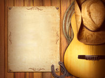 美国乡村音乐海报 与吉他的木背景 免版税库存图片