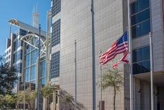 美国人和阿拉巴马旗子在莫比尔县法院大楼前面飞行 免版税库存照片
