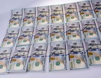 美国人在白色背景安置的100美元钞票 库存图片