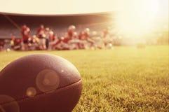 美国人接近的橄榄球 免版税图库摄影