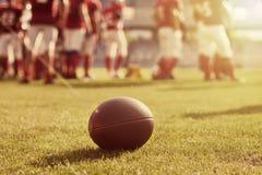 美国人接近的橄榄球 免版税库存图片
