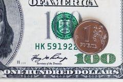 美国人100美金和1俄国瓦砾 免版税库存照片