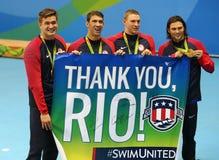 美国人` s 4x100m混合泳队纳丹AdrianL,迈克尔・菲尔普斯、莱恩・墨菲和Cory米勒在里约庆祝胜利2016年 免版税库存图片