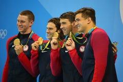 美国人` s 4x100m混合泳队莱恩・墨菲L, Cory米勒,迈克尔・菲尔普斯和内森・阿德里安庆祝胜利 免版税库存图片