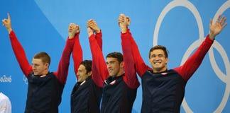 美国人` s 4x100m混合泳队莱恩・墨菲L, Cory米勒,迈克尔・菲尔普斯和内森・阿德里安庆祝胜利 库存图片