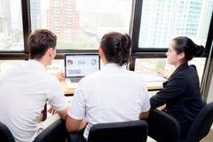 美国企业队有使用膝上型计算机在会议和礼物期间 图库摄影