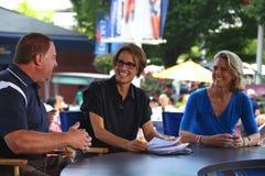 美国体育节目广播员有客人的玛丽Carillo在美国公开赛期间2013年在比利・简・金国家网球中心 库存照片