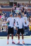 美国公开赛2014个人双冠军鲍伯和迈克・布赖恩在比利・简・金全国网球的战利品介绍时集中 免版税库存图片