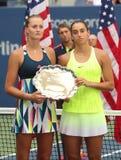 美国公开赛2016个妇女双赛跑者在战利品介绍时上升法国的克里斯季娜Mladenovic (l)和卡罗琳加西亚 免版税库存照片
