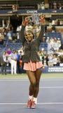 美国公开赛2013冠军拿着美国公开赛战利品的小威廉姆斯在她的决赛胜利以后反对维多利亚Azarenka 免版税库存照片