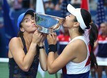 美国公开赛2017妇女` s在战利品介绍时加倍瑞士L的冠军台湾玛蒂娜・辛吉斯和詹咏然  免版税图库摄影