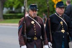 美国军队的南北战争时代经验丰富的年长老穿制服的战士所有白人在形成走 免版税库存图片