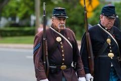 美国军队的南北战争时代经验丰富的年长老穿制服的战士所有白人在形成走 免版税库存照片