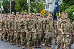 美国军队的穿制服的战士所有白人在形成走 库存照片