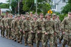 美国军队的穿制服的战士所有白人在形成走 库存图片