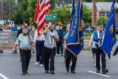 美国军队的经验丰富的年长老穿制服的战士所有白人在形成走 库存照片