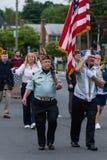 美国军队的经验丰富的年长老穿制服的战士所有白人在形成走 图库摄影