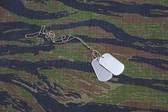 美国军队老虎条纹伪装了有空白的卡箍标记的制服 免版税库存图片