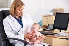 美国医生检查的婴孩 免版税库存照片