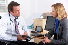 美国医生联系与女实业家患者 免版税库存图片