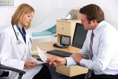 美国医生联系与生意人患者 免版税库存图片