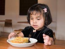 美国吃的女孩少许当地乳蛋饼 库存图片