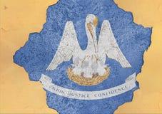 美国各州在大具体破裂的孔和残破的墙壁的路易斯安那旗子 免版税图库摄影