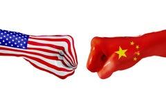 美国和中国旗子 概念战斗、企业竞争、冲突或者体育比赛 库存图片