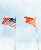 美国和中国旗子 免版税库存图片