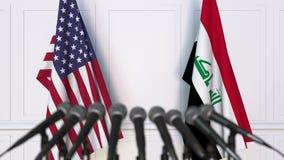 美国和伊拉克的旗子在国际会议或交涉新闻招待会 3D动画 股票录像