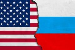 美国和俄罗斯的旗子在破裂的墙壁上绘了 库存例证