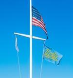 美国和加州大学洛杉矶分校旗子在清楚的天空下 免版税库存图片