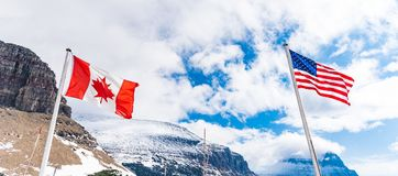 美国和加拿大旗子在摇石通行证 库存照片