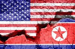 美国和北朝鲜的旗子破裂的背景的 冲突的概念在两国家、华盛顿和平壤之间的 库存图片