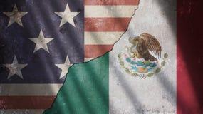 美国和墨西哥旗子在破裂的混凝土墙上 库存照片