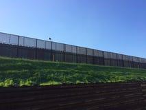 美国和墨西哥的边界墙壁 免版税库存照片