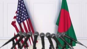 美国和孟加拉国的旗子在国际会议或交涉新闻招待会 3D动画 股票录像