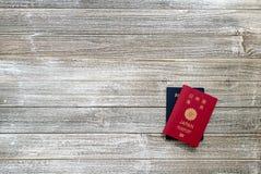 美国和日本护照在一张木书桌上 免版税图库摄影