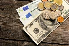 美国和欧洲金钱在木背景 库存照片