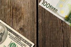 美国和欧洲金钱在木背景 图库摄影