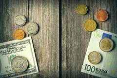 美国和欧洲金钱在木背景 免版税库存照片