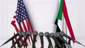美国和苏丹的旗子在国际会议或交涉新闻招待会 3D动画 股票录像