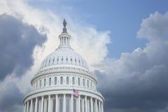 美国国会大厦圆顶在风雨如磐的天空下 库存图片