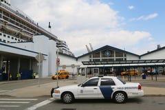 美国国土安全部美国风俗和提供安全的边界保护为玛丽皇后2游轮 免版税库存图片