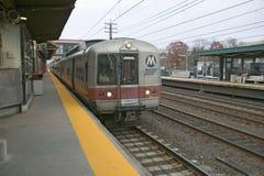 美国国家铁路公司火车在新罗沙尔,纽约停止火车站,纽约 库存图片
