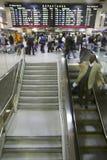 美国国家铁路公司火车旅客站在队中在离开下签字,而一个人努力去做在自动扶梯下在Penn驻地,纽约, Manhat 库存图片
